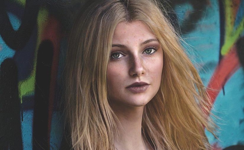 kobieta z lekkim makijarzem